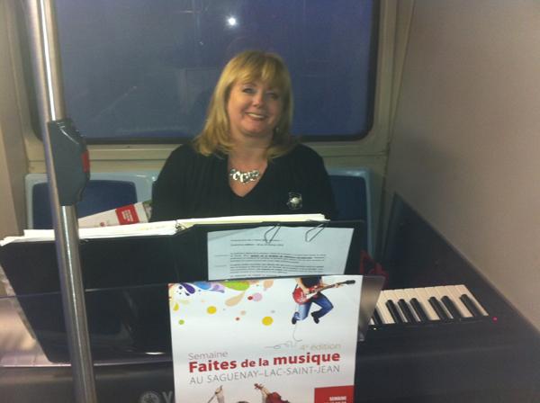 Jeudi 14 février 2013, Marie Bélanger, directrice de l\'École de musique de La Baie, lors de sa prestation dans un autobus de la STS.