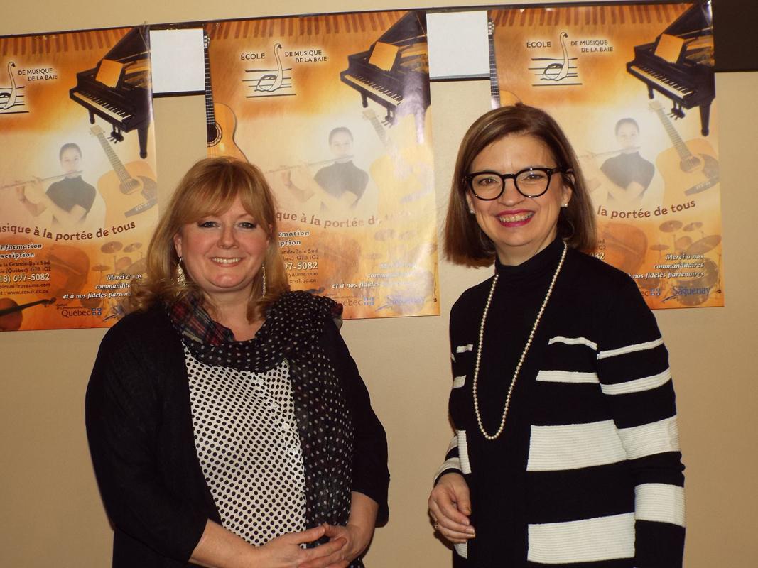 Marie Bélanger et Gervaise Tremblay étaient bien fières d'amener des élèves de l'école à la rencontre du public. Les clients des Galeries de La Baie ont donc pu profiter d'une pause musicale.Photo: Bill Leblond